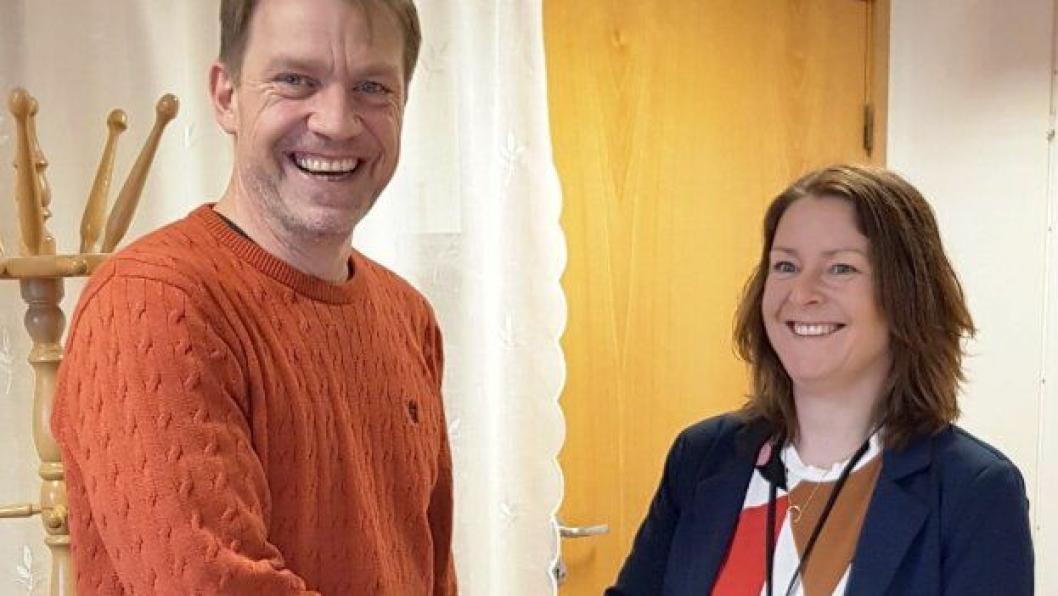 Distriktssjef Morten Sjøli i Peab Anlegg AS og seksjonsleder Elin Hermanstad Havik i Statens vegvesen undertegnet tirsdag 13. februar kontrakten om bygging av gang- og sykkelveg langs fv. 120 Nedre Rælingsveg.