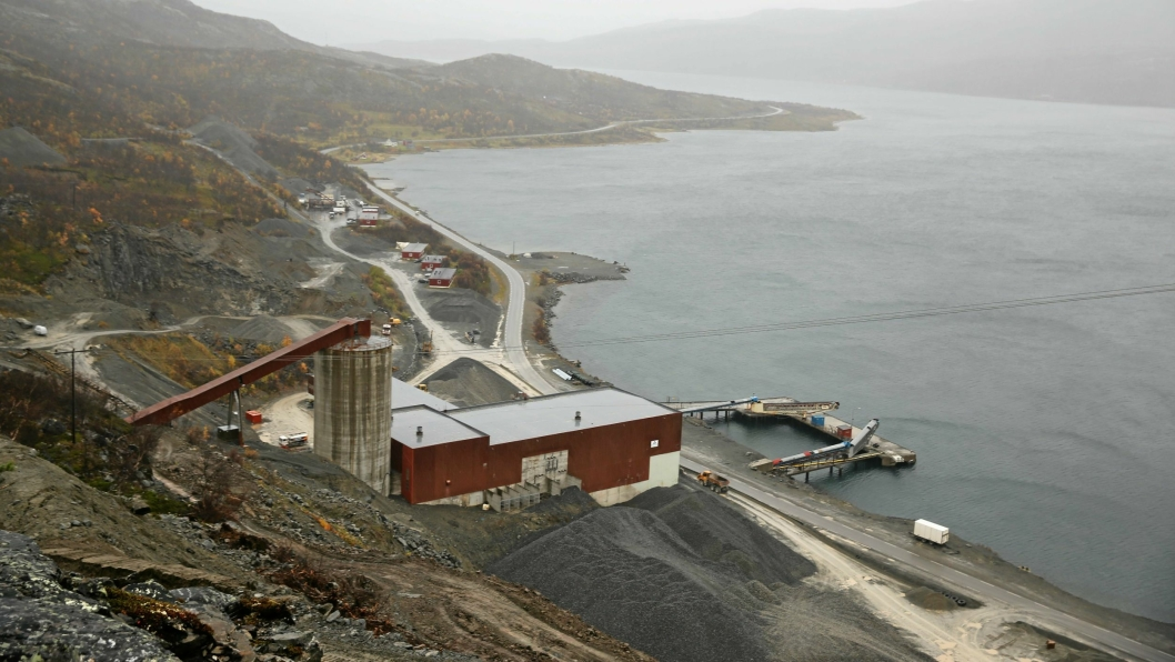 Dette er Nussir i Kvalsund kommune i Finnmark. Gruveområdet ligger ved Repparfjorden. Nussir ASA har fått tillatelse fra Nærings- og fiskeridepartementet til å deponere overskuddsmassene fra gravingen etter kobber i fjorden.