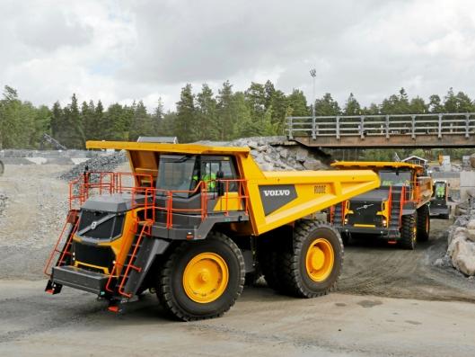 100-TONNER: Fire R100E Volvo tipptrucker skal leveres til Rana Gruber. Maskinene har nyttelast på 95 tonn og blir de første i Norge.