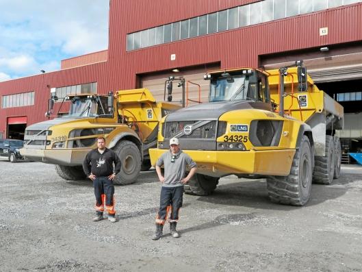 Rana Gruber AS gjennomførte testing av Volvo A60 dumpere i gruva september 2018. Her er maskinførerne Tommy Jensen (t.v) og Andreas Erlandsen ved en A45 og en A60 dumper.