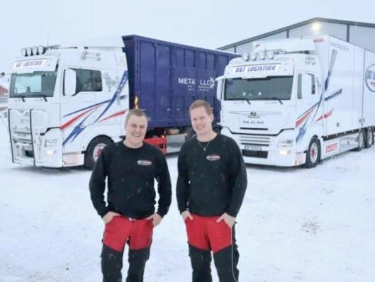 Kjetil Tovsrud (t.v.) sammen med en av sine sjåfører, Kristian Hetty, som også kjører en MAN TGX 26.500.