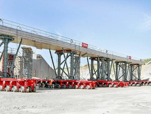 TUNGT: Selvgående SPMT-enheter kan transportere enheter med vekter på opptil 17.000 tonn.