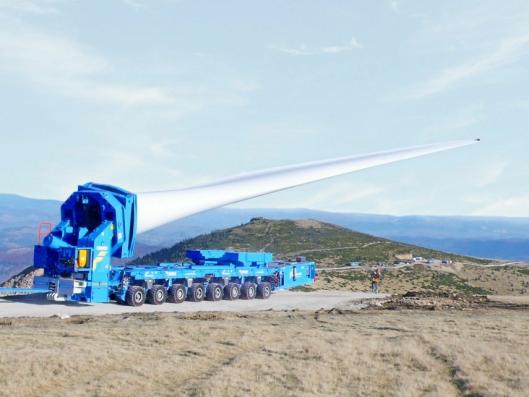 LANGT: Det produseres nå vindgeneratorer med turbinblader som er mer enn 80 meter lange. Spesialutstyr som kan heve turbindbladene, er ofte nødvendig for å komme frem til monteringsstedet.