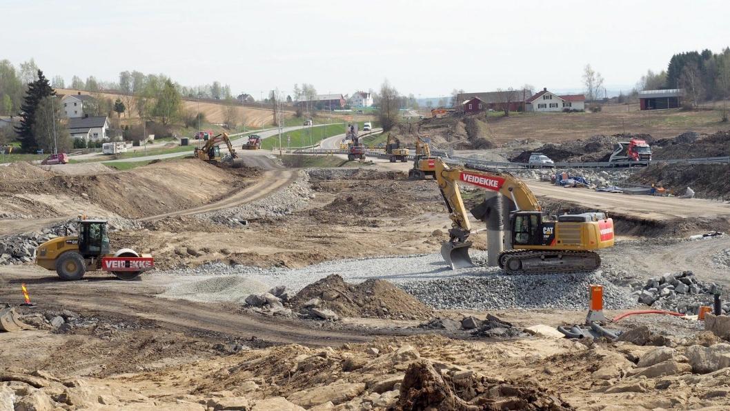 Anleggsmaskiner i sving på Nye Veier-prosjektet E6 Arnkvern-Moelv.