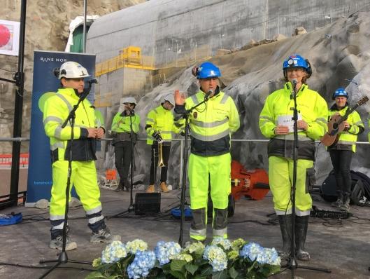 Taler før gjennombruddet. Fra venstre: Fernando Vara ( Managing director i Acciona Ghella Joint Venture AGJV), Per David Borenstein (prosjektdirektør for Follobaneprosjektet i Bane Nor) og Anne Kathrine Kalager (prosjektleder tunnel TBM for Follobaneprosjektet i Bane Nor).