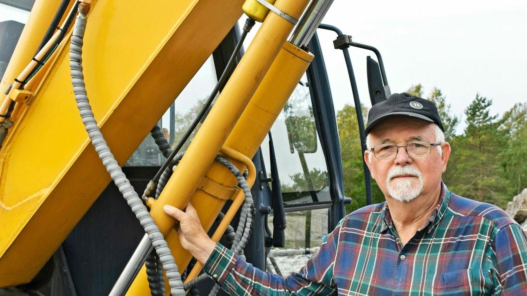 Dag Stenmark er maskinentreprenør og oppfinner. Han har konstruert et gassfjærings-system på bommen som senker energibruken på sine gravemaskiner. Dermed blir drivstoffutgiftene senket også.