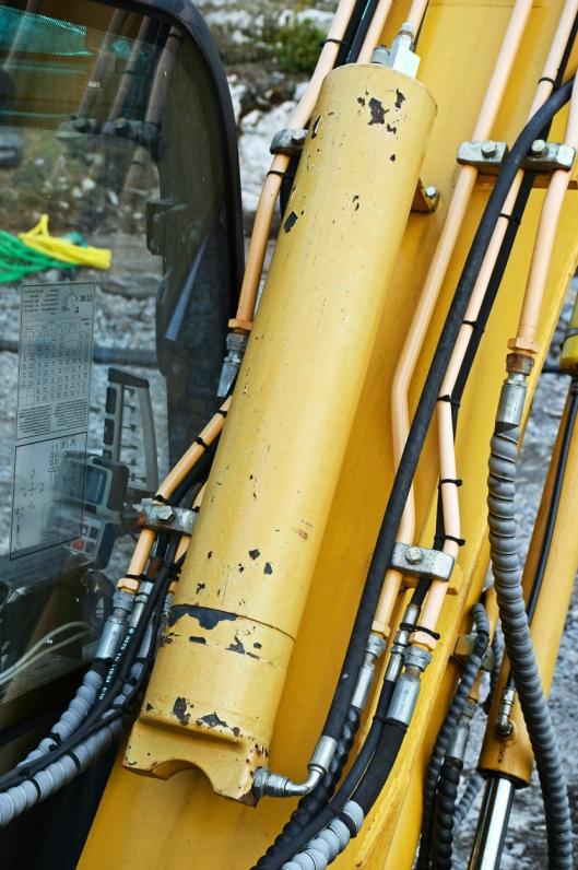 En ombygget hydraulikksylinder fungerer som base for sveisegass og litt smørende olje under 140 bars trykk.
