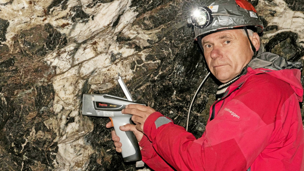 Regiongeolog Sven Dahlgren under feltarbeid på Fensfeltet ifjor sommer, her med et apparat som ved hjelp av røntgenfluoresens kan bestemme bergartene. (Arkivfoto)