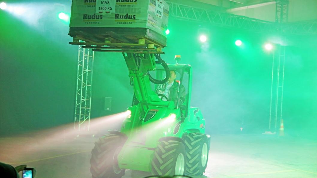 STOREBROR: Den nye store Avant 860 dukker frem i grønnskjæret da den ble presentert for en utvalgt gruppe på fabrikken i Finland. Lansering skjer på Bauma.