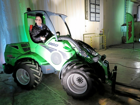 PRØVEKJØRER: Gaute Risdal fra Felleskjøpet fant seg godt til rette i den nye 860-maskinen.