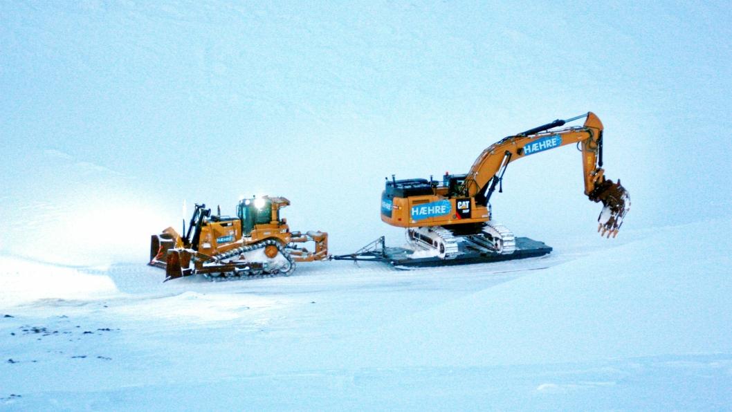 FØRSTE: Cat-dozeren D8T (42) begynner den 5 mil lange «sledeturen» med den første Cat-graveren 352F (55 tonn). Februar 2019.