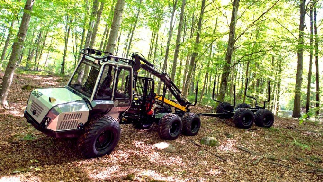Lassbæreren Malwa 560F er liten og lett er beregnet på utkjøring ved tynning av skogen. Når tilhengeren T35 er med får den med seg trevirke med totalvekt på ni tonn.