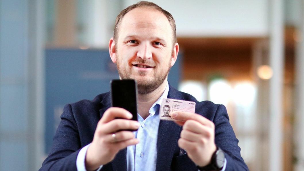 Samferdselsminister Jon Georg Dale skal ha på plass en ny orndning for førerkort: Etter planen skal man om ikke lenge ha førerkortet på mobilen i Norge. I utlandet må man fortsatt ha med seg et fysisk førerkort for å bevise sin førerrett.