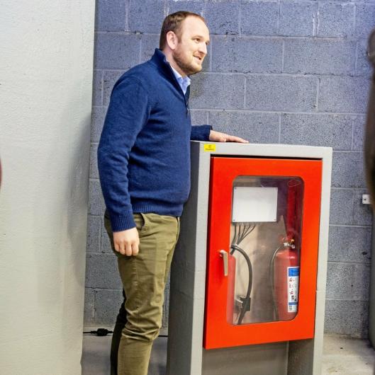 SPESIALPRODUKTER: Samferdselsminister Jon Georg Dale ser på et av Foamrox-produktene under besøket hos den norske bedriften i Aust-Agder.