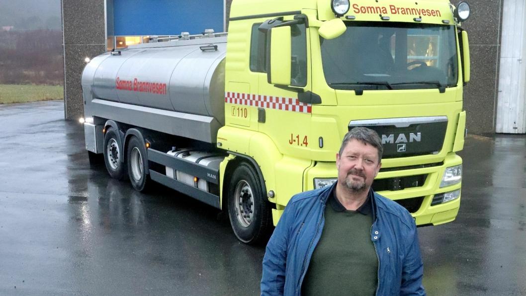 Hans Ivar Slåttøy foran en tidligere MAN TGS melketankbil som er blitt ombygd til branntankbil og er i tjeneste hos Sømna Brannvesen.