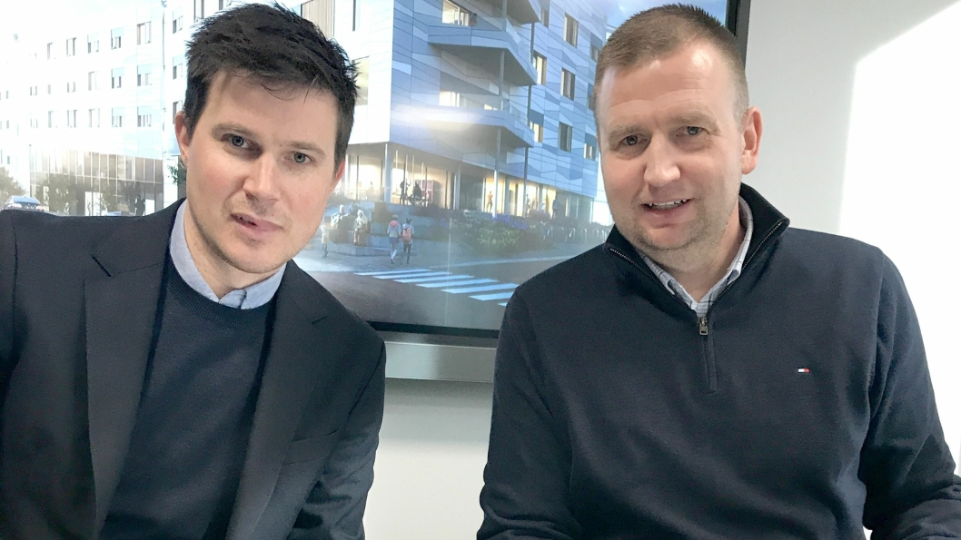 Kristian Myhrer fra Hent og Eldar Brynjulfsen signerte kontrakten, og nå går man i gang med forprosjektet til Lambertseterhjemmet.
