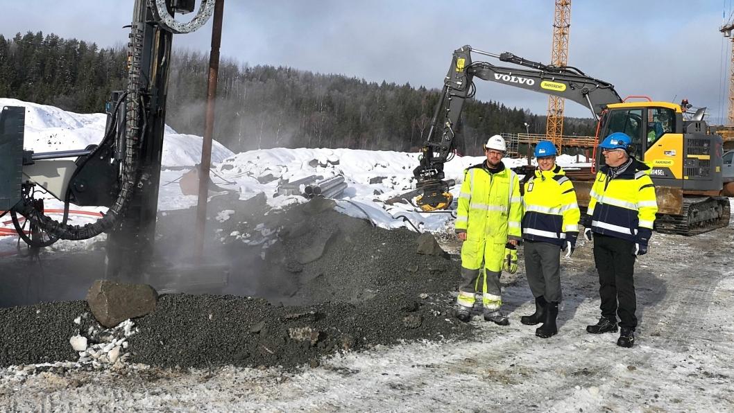 En liten fundamentsrigg boret de første 70 meterne. Fra venstre: Thilo Theloy (boreingeniør for Norwegian Drilling Energy), Paul Torgersen (Prosjektsjef Politiets nasjonale beredskapssenter (PNB)) og Per Daniel Pedersen (Faglig leder VVS og systematisk ferdigstillelse ved PNB).