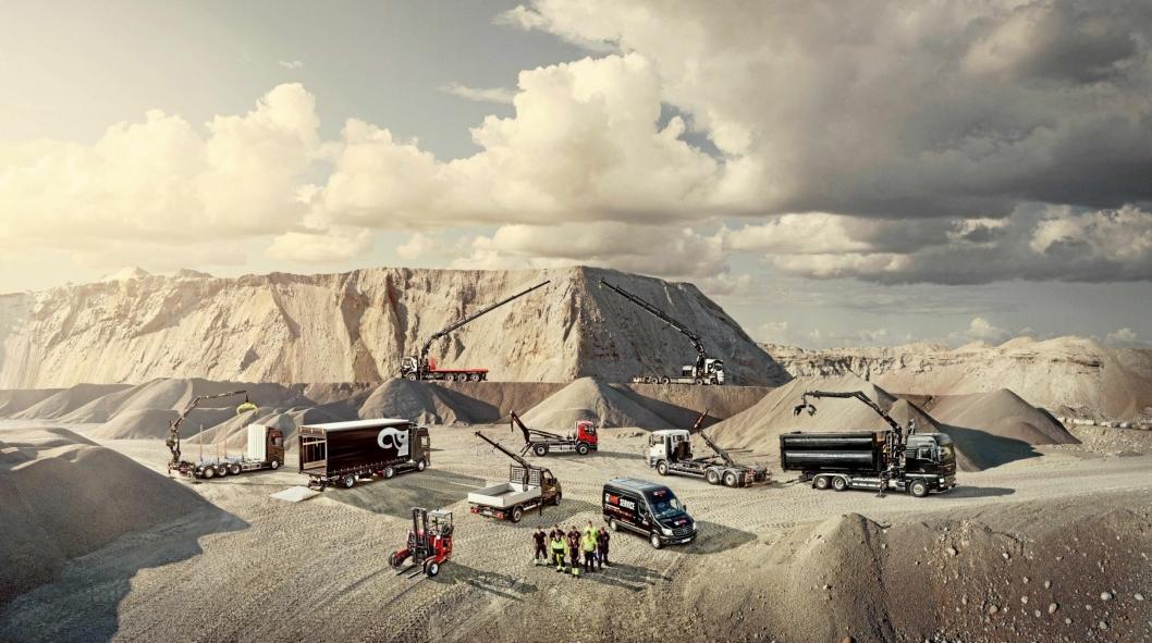 OMFATTENDE: Bildet viser Hiabs omfattende produktprogram av løfteutstyr, lastebilkraner, krokløfter, liftdumpere, bakløftere og lastebilmonterte gaffeltrucker.