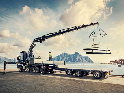 KRANER: Lastebilkraner er Hiabs opprinnelige produktgruppe og utgjør fortsatt en betydelig del av omsetningen. Dette bildet viser løft av en fritidsbåt i Lofoten.