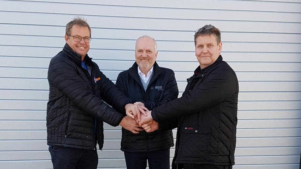 OVERTAR: Jon Hella (f.v) takker for seg til Roy Hagen i Wacker Neuson og overlater salg- og service av komprimeringsutstyr og andre Wacker Neuson-småmaskiner til Morgan Sannes og Bamble Mek. Industri.