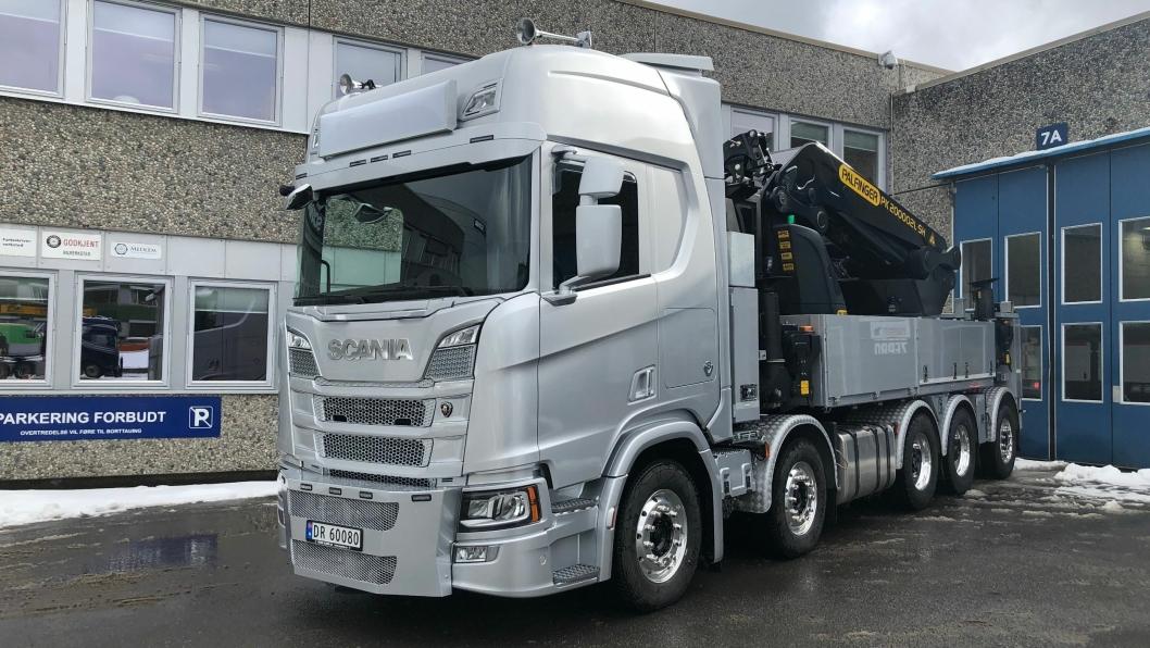 Norsk Scania Oslo, i tett samarbeid med Scania Finans Norge, leverte nylig et monster av en femakslet Scania R 730 10x4*6NB med CR20H hytte, i arctic silver og med V8-design interiørpakke.