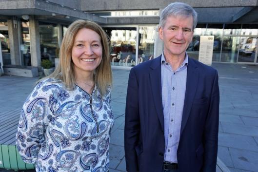 Tone L. Grøstad, direktør Maskingrossisternes Forening (t.v.) og Trond Andersen, kundedirektør Norges Varemesse, gleder seg til å ønske utstillere og besøkende velkommen til Vei og Anlegg på Norges Varemesse i 2021.