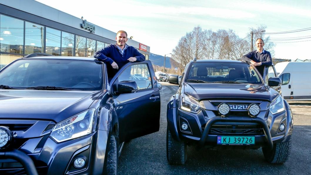 SUKSESS: Isuzu-ansvarlig i Norge, Steinar Dokken (t.v.) og adm. dir. i RSA, Frank Dunvold, foran hovedkontoret i Drammen.