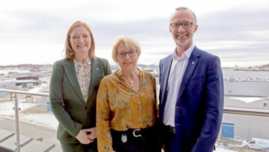 Fra venstre: Ordfører Ida Pinnerød, regionvegsjef Turid Stubø Johnsen og fylkesråd Svein Eggesvik ser frem til samarbeidet om utredningen om fremtidens transport i Bodø.