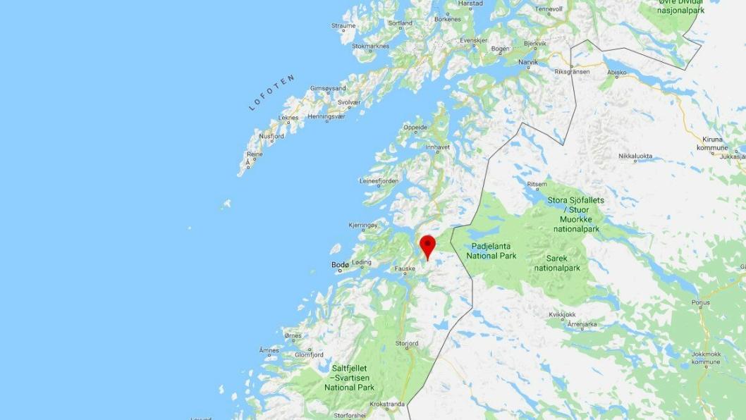 To anleggsmaskiner med to maskinførere ble tatt av snøskred ved Durmålstinden (merket på kartet) i Sørfold kommune i Nordland tirsdag 26. mars 2019.