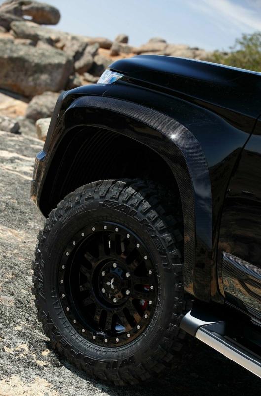 Konseptbilen er bredere, høyere og har kraftigere hjul enn en «vanlig» pickup fra Mitsubishi.