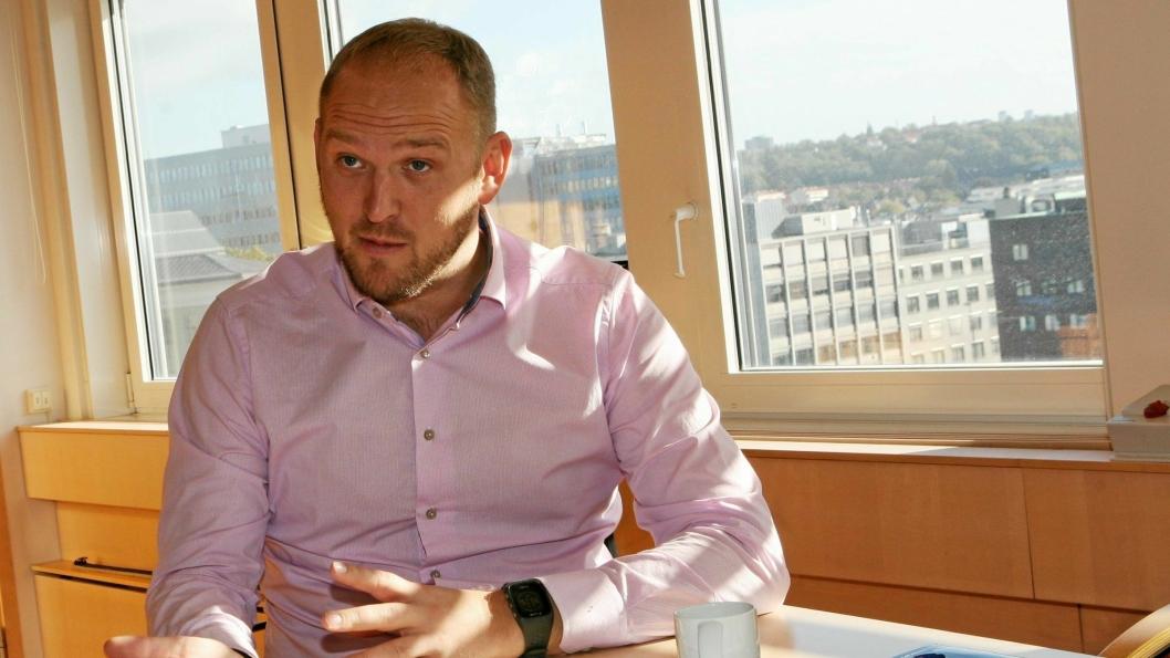 Samferdselsminister Jon Georg Dale lover fortsatt dispensasjon for yrkessjåfører med syn på bare ett øye.