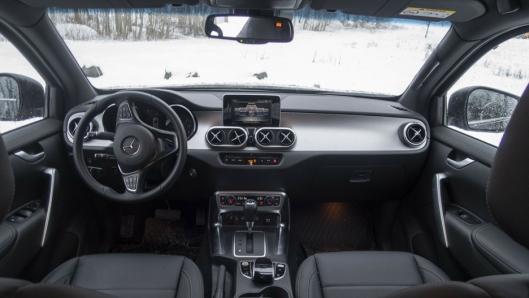 INTERIØR: Mercedes-Benz har valgt å lage et dashbord i X-klasse som oser finish og kvalitet.