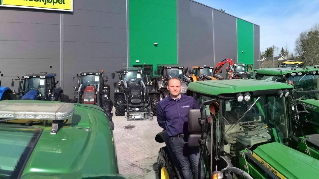 Bruktsenteransvarlig Kenneth Lund Strand hos Felleskjøpet Agri på Kløfta har samlet mange innbyttetraktorer på en plass. Ca. halvparten er John Deere, og resten er andre merker – hovedsakelig Valtra.