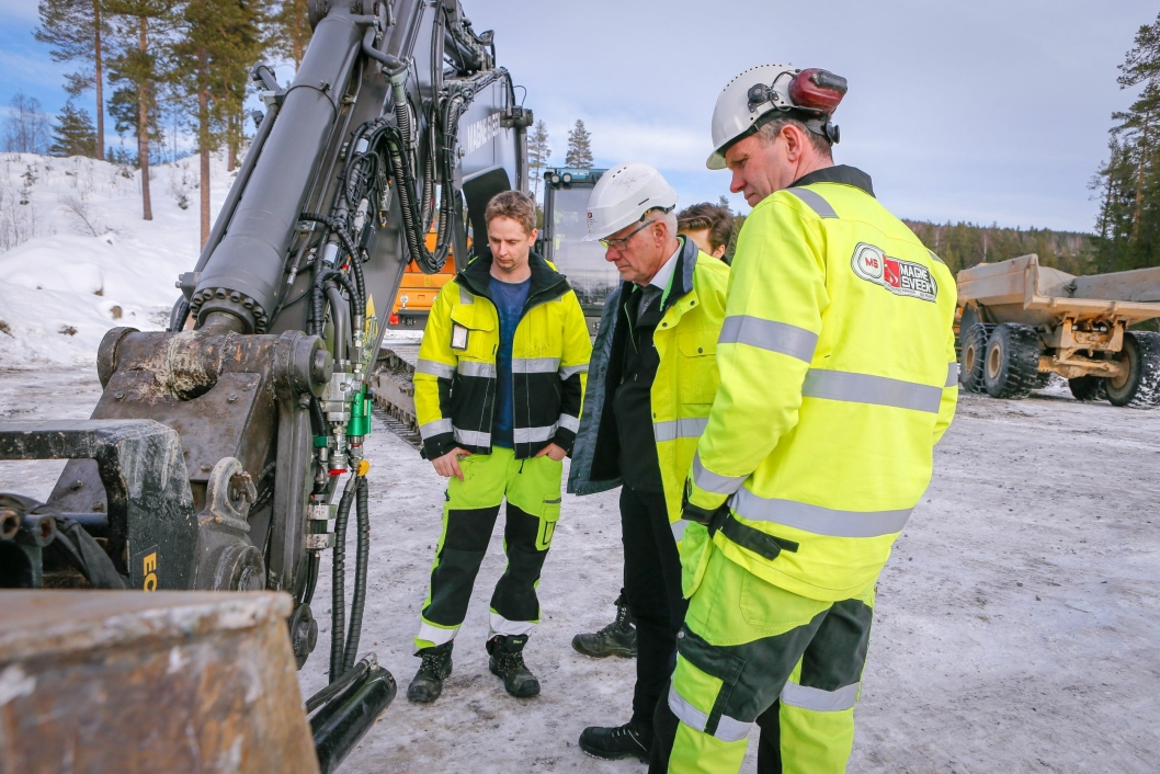 TETT DIALOG: Maskinførerne Nils Sundheim og Svein Ulven (t.h.) gir gode tilbakemeldinger til Jan Floberg i Gundersen & Løken AS.