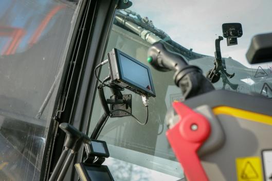 PÅ SKJERMEN: Maskinføreren følger anvisningene på skjermen.