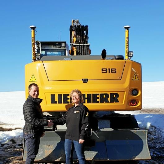 Glenn Asdal fra Hella Maskin og daglig leder Gunn Hege Bruserud i Machine Partner foran den første installasjonen.