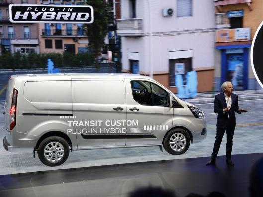 Hans Schep, General manager CV i Ford Europa viste den nye hybride Ford Transit Custom som kommer i løpet av 2019.