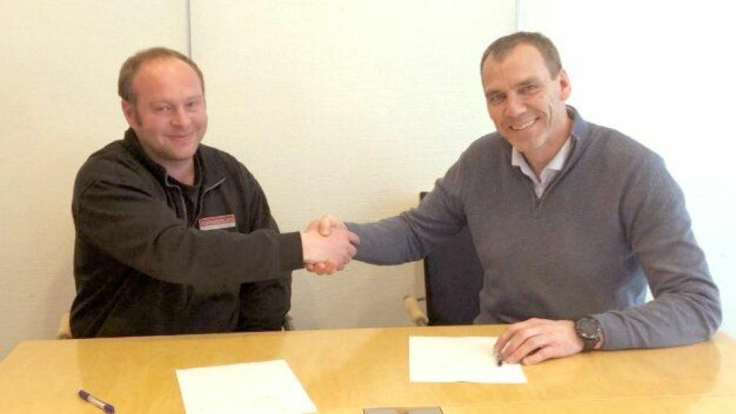 Prosjektleder Espen Staw Nygård i Leif Grimsrud AS (t.v.) og avdelingsdirektør Nils Karbø i Statens vegvesen signerte kontrakten mandag 1. april.
