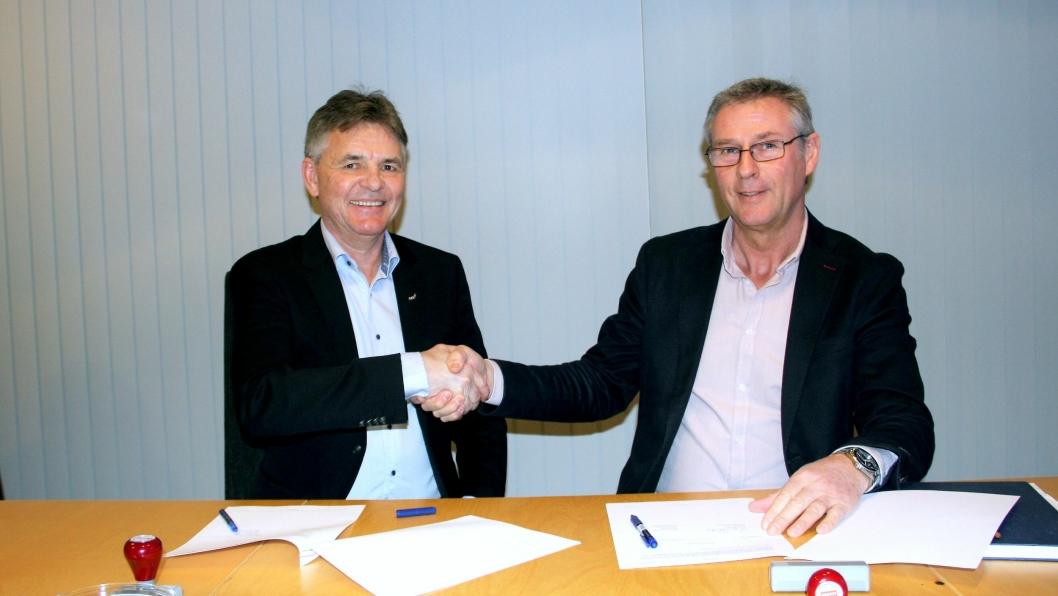 Regionsjef Henning Simonsen i NCC (t.v.) underskrev onsdag 3. april 2019 ny kontrakt med direktør Roger Skoglie i Bybanen Utbygging.