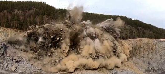 Her går 15,5, tonn sprengstoff i lufta