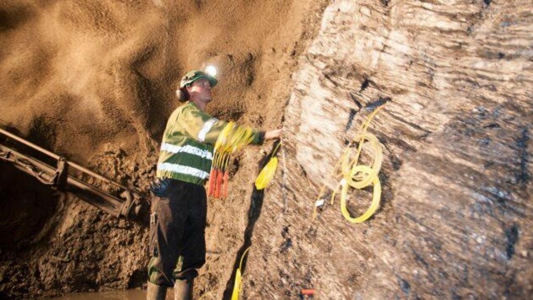 På hver ladning ble det brukt ca. 1000 kg sprengstoff, som sprengte ca. fem meter inn i tunnelene.