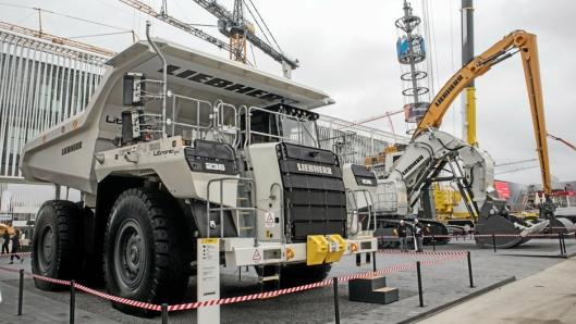 SOLID DUO: Dumperen T 236 sto utstilt sammen med den elektriske graveren.