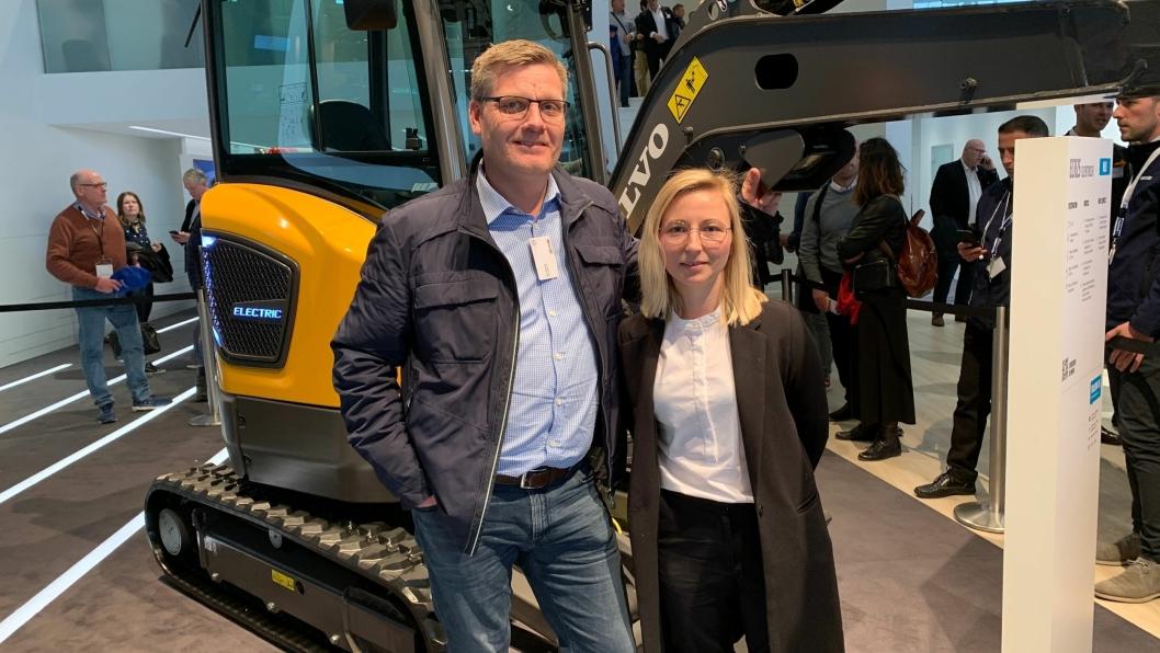 Volvo Maskin-selger Kim Nymo og Sara Bakke er daglig leder i entreprenørselskapet KB-Anlegg AS. Bak er den elektriske Volvo-graveren som KB-Anlegg AS er den første kunden av i verden. Dette ble annonsert på Bauma 2019.