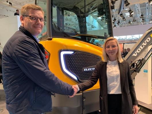 Et «handshake»-bilde ble det også for å symbolisere avtalen på salget av verdens første elektriske Volvo-graver.