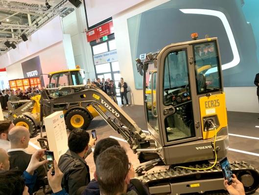 Det var mange som ville ta bilde av den nye elektriske Volvo-maskinen.