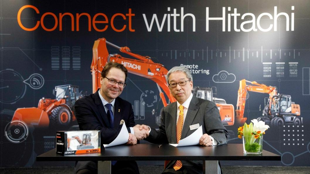 Adm. direktør i Abax, Morten Strand, og Makoyo Yamazawa, HCME President og Chairman of the Management Board i Hitachi undertegnet kontrakten.