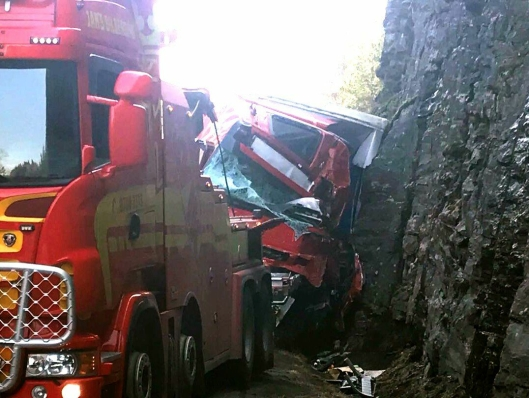 Førerhuset på Volvo-trekkvogna ble knust i sammenstøtet med bergveggen. Sjåføren ble sittende fast, men ble ikke alvorlig skadet.