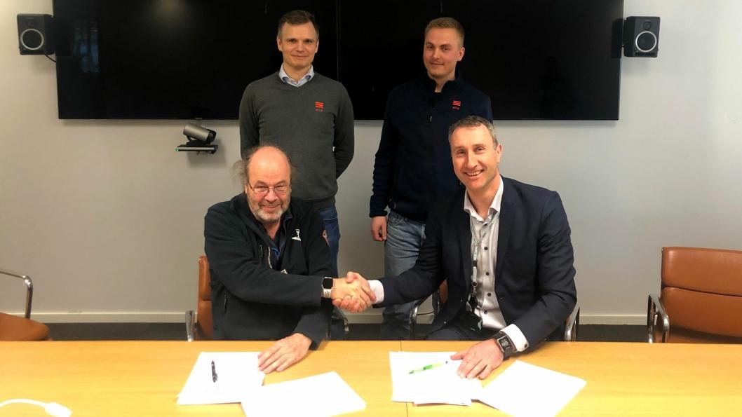 Styreleder i Ditio, Jim Heldal (foran t.v.) og konsernsjef Ståle Rød i Skanska signerte samarbeidsavtalen mellom Ditio og Skanska. Bak står utvikler Jacob Døskeland og daglig leder Thor Petter Korsmo i Ditio.