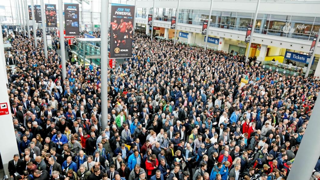 FOLKEHAV: Slik så det ut hver dag like før portene åpnet. Folk strømmer til fra alle verdens hjørner for å få med seg Bauma i München.