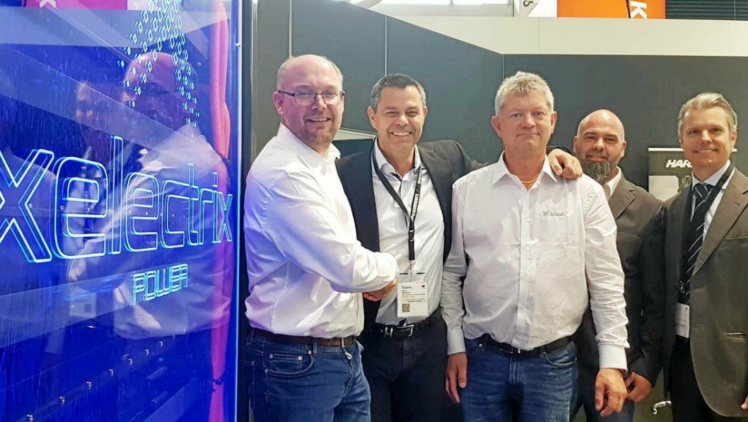 AVTALEN: Paul Håkon Endresen (t.v) og Per Gunnar Holmgren (hvit skjorte) sammen med sine nye leverandører av Xelectrix som lager gigantiske energipakker. (Foto: Anleggsgruppen)